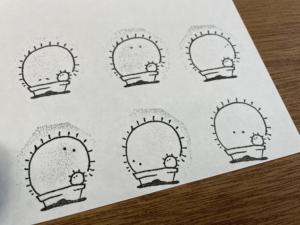 サボテンのイラストをハンコにして紙にスタンプした。6種類並んでいる。小さな目がついていて、子供サボテンも植っている。が可愛い