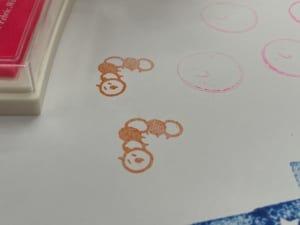 怪訝な顔をした芋虫のスタンプ(オレンジ色)